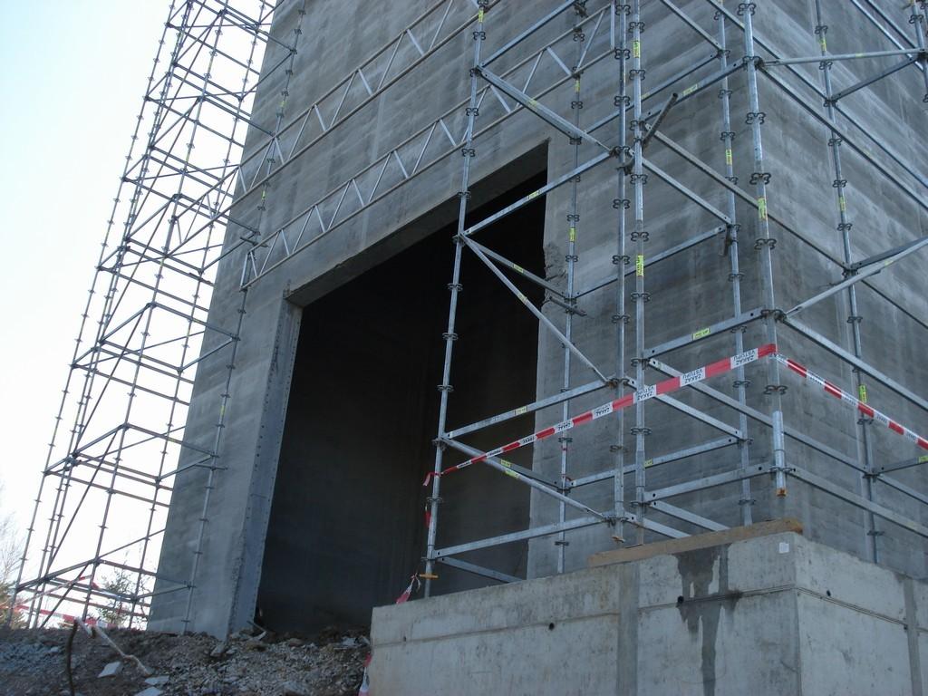 Vyřezaný technologický otvor pro vytahování demontovaných bloků