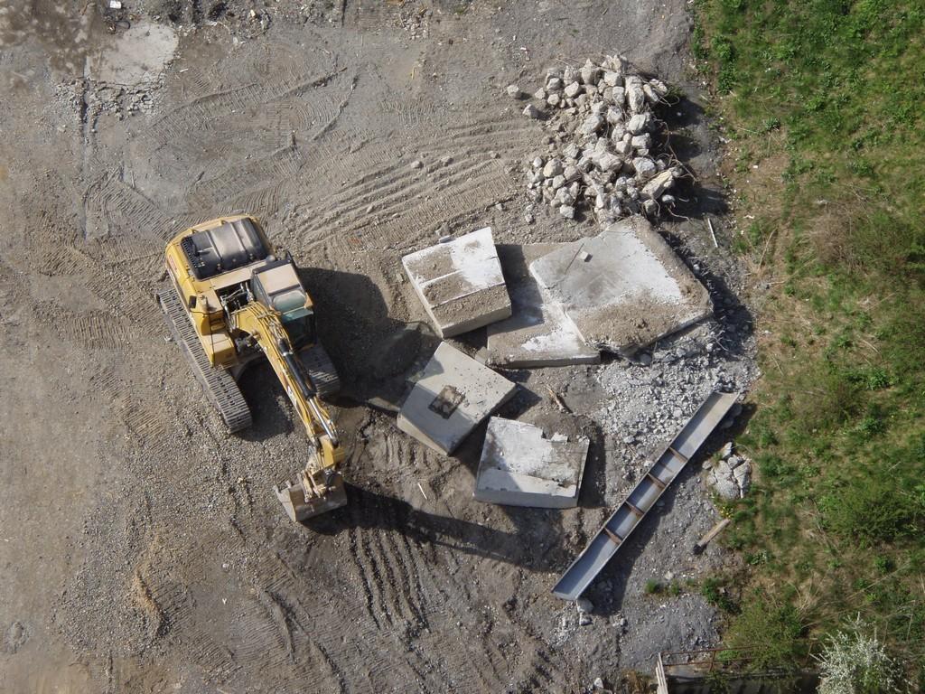 Vytažené demontované bloky připravené k rozdrcení