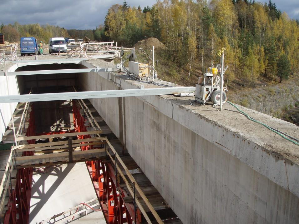 Příprava na řezání nosníků mostu lanovou pilou