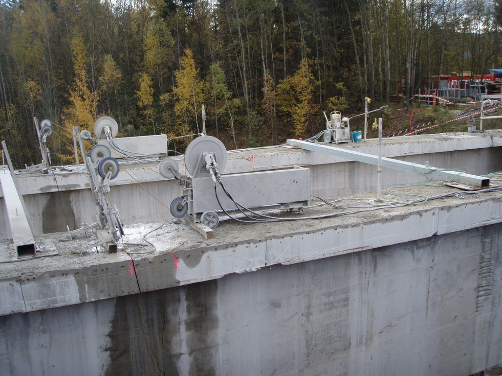 Řezání nosníků mostu lanovými pilami