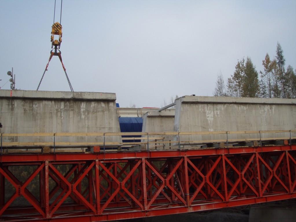 Vyřezané nosníky mostu