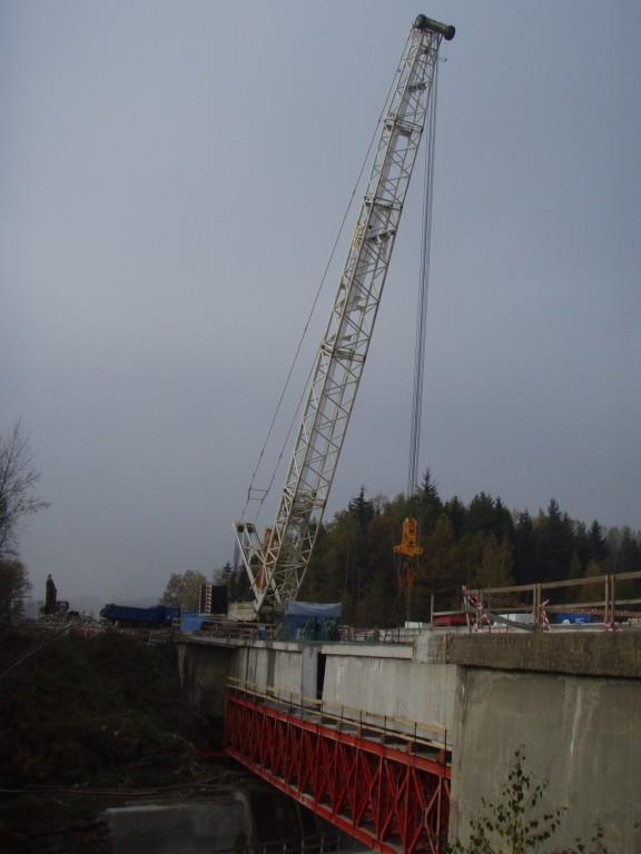 Zavěšování vyřezaného nosníků mostu na jeřáb