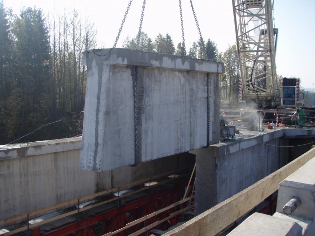Vyzvednutí vyřezaného nosníku mostu