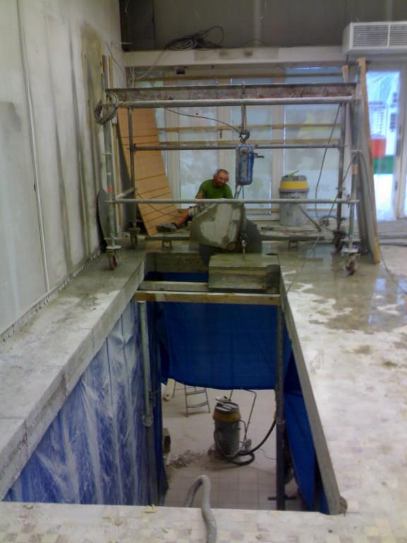 Vyřezání podlahy pro vybudování schodiště