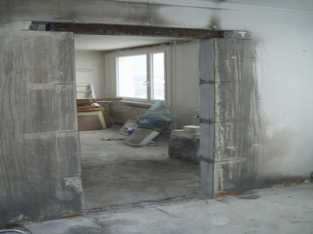 Vyřezaný otvor dveří v panelovém domě
