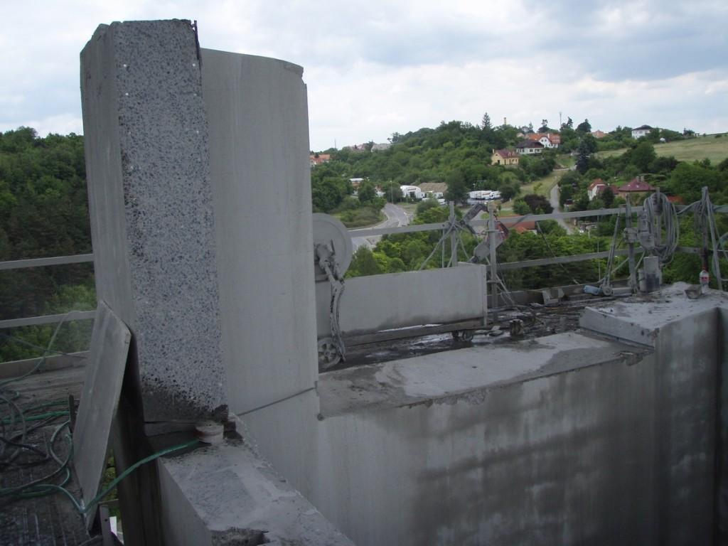 Řezání mostních pilířů - Výstavba silničního okruhu kolem Prahy - Most přes Lochkovské údolí