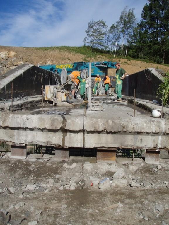 Rozřezávání mostové konstrukce silničního mostu přes železniční trať - Votice