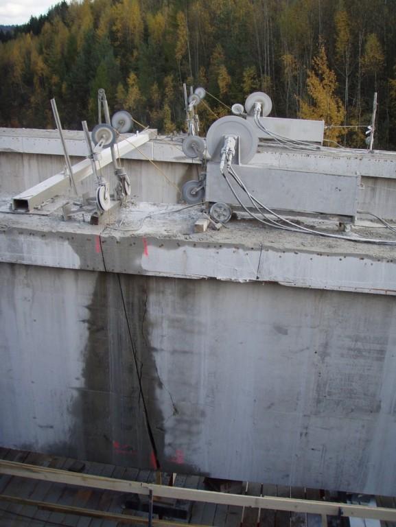 Rozřezávání nosníků mostové konstrukce - silnice R6 Karlovy Vary - Sokolov