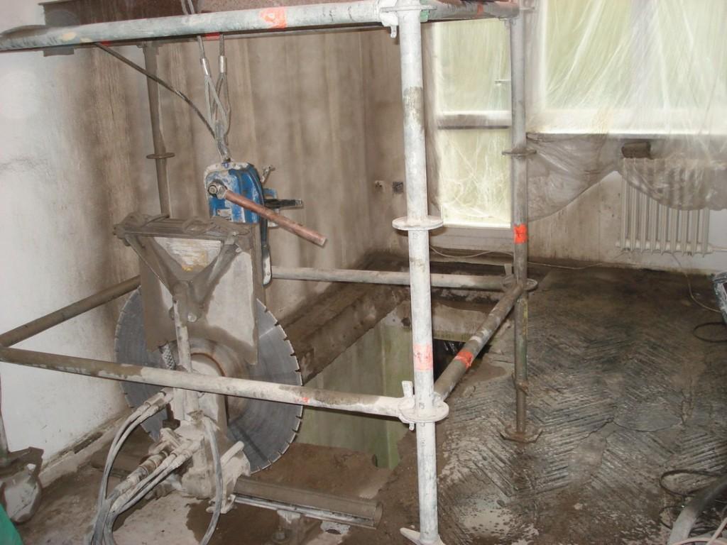 Vyřezávání stropu v bytě panelového domu