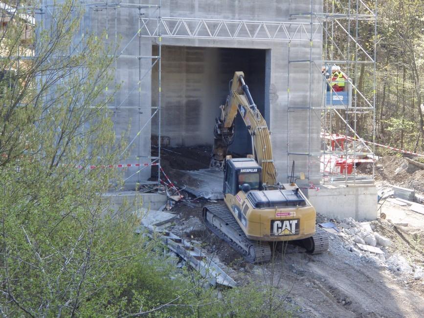 Vytahování odřezaných bloků z dutiny pilíře - Most přes Lochkovské údolí - Silniční okruh kolem Prahy