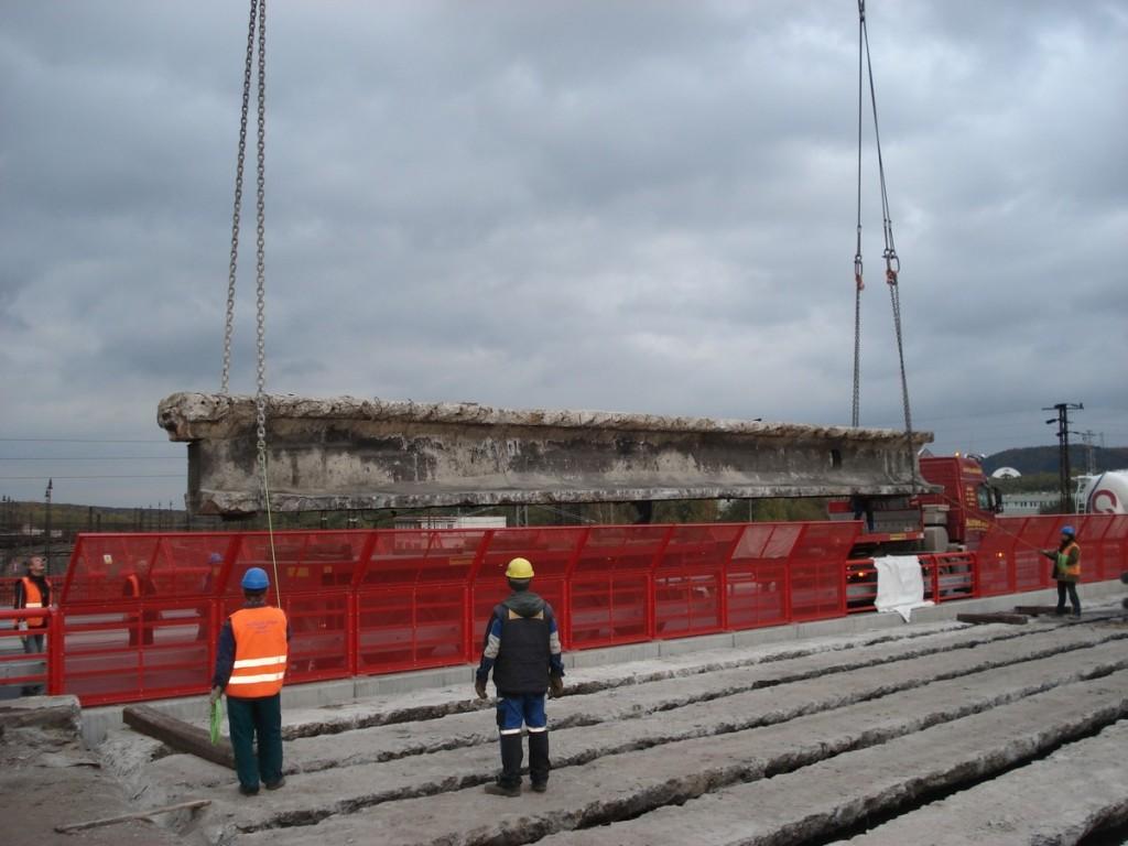 Odvoz rozřezaných nosníků - Silniční most přes železniční trať Komořany