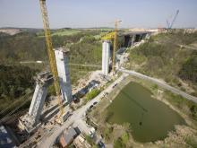 Výstavba mostu přes Lochkovské údolí