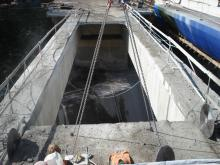 Vyřezávání středové desky mostové konstrukce