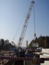 Demontáž vyřezaného bloku nosníku mostu