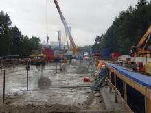Odřezávání římsových křídel mostové konstrukce