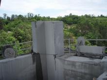 Postupné odřezávání stěn pomocných pilířů stěnovými pilami